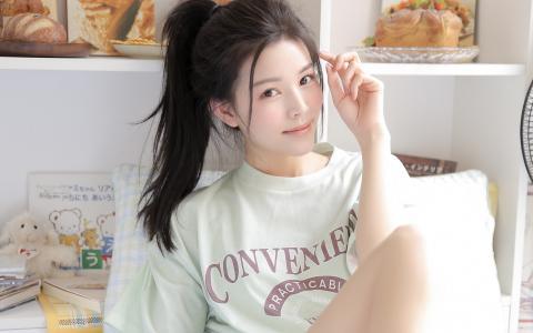 白皙少女笑容甜美写真