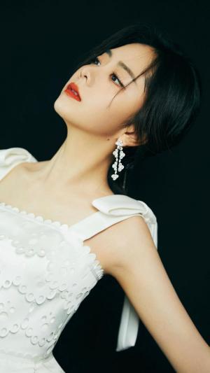 谭松韵白色背带裙气质迷