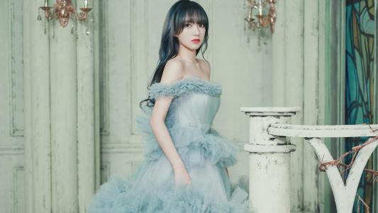 程潇蓝色蛋糕裙性感迷人